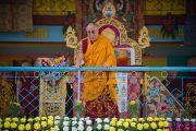 Его Святейшество Далай-лама приветствует собравшихся в начале второго дня учений в Салугаре. Западная Бенгалия, Индия. 28 марта 2013 г. Фото: Тензин Чойджор (офис ЕСДЛ).