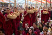 Монахи раздают хлеб слушателям на учениях Его Святейшества Далай-ламы в Салугаре. Западная Бенгалия, Индия. 28 марта 2013 г. Фото: Тензин Чойджор (офис ЕСДЛ).