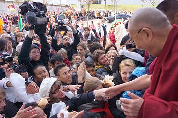 В первый день визита в Швейцарию Далай-лама выступил на Второй европейской конференции по буддизму
