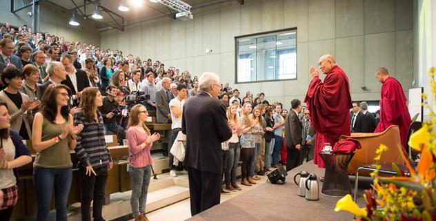 Его Святейшество Далай-лама посетил Бернский университет и парламент Швейцарии
