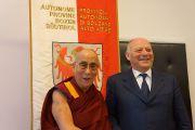 Его Святейшество Далай-лама и президент Южного Тироля Луис Дурнвальдер. Больцано, Южный Тироль, Италия. 10 апреля 2013 г. Фото: Джереми Рассел (офис ЕСДЛ)