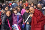 По дороге на официальное мероприятие Его Святейшество Далай-лама остановился поговорить с группой школьников. Больцано, Южный Тироль, Италия. 10 апреля 2013 г. Фото: Джереми Рассел (офис ЕСДЛ)
