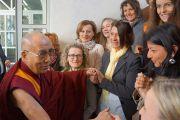 Его Святейшество Далай-лама приветствует сотрудников местного правительства. Больцано, Южный Тироль, Италия. 10 апреля 2013 г. Фото: Джереми Рассел (офис ЕСДЛ)