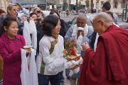 Тибетцы встречают Его Святейшество Далай-ламу возле гостинице традиционными подношениями. Больцано, Южный Тироль, Италия. 9 апреля 2013 г. Фото: Джереми Рассел (офис ЕСДЛ)