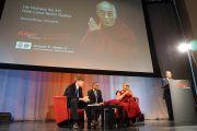 Его Святейшество Далай-лама перед началом речи в Европейской академии. Больцано, Южный Тироль, Италия. 10 апреля 2013 г. Фото: Джереми Рассел (офис ЕСДЛ)