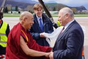 В аэропорту Больцано Его Святейшество Далай-ламу встречали президент Южного Тироля Луис Дурнвальдер и Гюнтер Колонья. Италия, 9 апреля 2013 г. Фото: Джереми Рассел (офис ЕСДЛ)