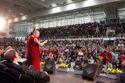 Его Святейшество Далай-лама выступает с лекцией «Счастье в неспокойном мире» на стадионе Палатренто. Тренто, Италия. 11 апреля 2013 г. Фото: Джереми Рассел (офис ЕСДЛ)
