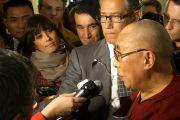 Его Святейшество Далай-лама беседует с журналистами. Тренто, Италия. 11 апреля 2013 г. Фото: Джереми Рассел (офис ЕСДЛ)