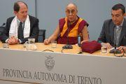 Его Святейшество Далай-лама на встрече в ассоциации дружбы итальянско-тибетской дружбы. Тренто, Италия. 11 апреля 2013 г. Фото: Джереми Рассел (офис ЕСДЛ)