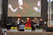 Во время лекции Его Святейшества Далай-ламы «Счастье в неспокойном мире» на стадионе Палатренто. Тренто, Италия. 11 апреля 2013 г. Фото: Джереми Рассел (офис ЕСДЛ)