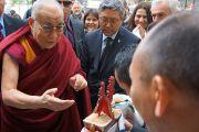 Члены тибетской общины Тренто встречают Его Святейшество традиционным ритуалом подношения у входа в правительство автономной провинции Тренто в Италии. 11 апреля 2013 г. Фото: Джереми Рассел (офис ЕСДЛ)