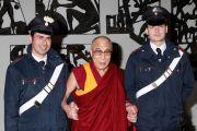 Его Святейшество Далай-лама фотографируется на память с местными полицейскими. Тренто, Италия. 11 апреля 2013 г. Фото: Джереми Рассел (офис ЕСДЛ)