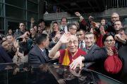 Его Святейшество Далай-лама машет рукой провожающим его людям, перед отъездом из автономной провинции Тренто в Италии. Тренто, Италия. 11 апреля 2013 г. Фото: Джереми Рассел (офис ЕСДЛ)