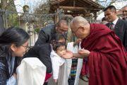 Его Святейшество Далай-лама здоровается со своими поклонниками у гостиницы в Мертене. Швейцария. 12 апреля 2013 г.
