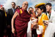 """Тибетцы встречают Его Святейшество Далай-ламу традиционными подношениями в центре """"Фрайберг Форум"""". Фрайберг, Швейцария. 12 апреля 2013 г. Фото: Manuel Bauer"""