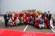 """Его Святейшество Далай-лама фотографируется с участниками Второй европейской конференции по буддизму в центре """"Фрайберг Форум"""". Фрайберг, Швейцария. 12 апреля 2013 г. Фото: Manuel Bauer"""