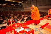Его Святейшество Далай-лама приветствует слушателей перед началом учений. Фрайбург, Швейцария. 13 апреля 2013 г. Фото: Manuel Bauer