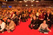 """Около восьми тысяч человек собрались на учения Его Святейшества Далай-ламы  по тексту Атиши """"Светоч на пути к просветлению"""". Фрайбург, Швейцария. 13 апреля 2013 г. Фото: Manuel Bauer"""