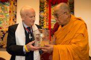 """Его Святейшество Далай-лама вручает премию """"Пламя истины"""", учрежденную организацией """"Международная кампания в поддержку Тибета"""" (ICT), Роберту Форду, который работал в Тибете и попал в тюрьму во время китайской оккупации в 1950-м году.  Фрайбург, Швейцария. 13 апреля 2013 г. Фото: Manuel Bauer"""