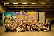 Его Святейшество Далай-лама фотографируется с волонтерами, работавшими на учениях. Фрайбург, Швейцария. 14 апреля 2013 г. Фото: Manuel Bauer