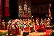 Тибетские певцы и музыканты выступают перед началом лекции Его Святейшества Далай-ламы о светской этике. Фрайбург, Швейцария. 14 апреля 2013 г. Фото: Manuel Bauer