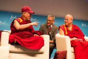 """Его Святейшество Далай-лама, его переводчик Тензин Цепаг и Матье Рикар на конференции """"Как жить и умереть в мире"""". Лозанна, Швейцария. 15 апреля 2013 г. Фото: Manuel Bauer"""