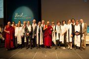 Дээрхийн Гэгээнтэн Далай Лам хуралд оролцогсодын хамт зургаа авхуулав. Швейцарь, Лузанна. 2013.04.15
