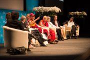 """Его Святейшество Далай-лама выступает на конференции """"Как жить и умереть в мире"""". Лозанна, Швейцария. 15 апреля 2013 г. Фото: Manuel Bauer"""