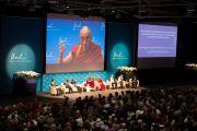 Дээрхийн Гэгээнтэн Далай Лам уг хурлын үеэр илтгэл тавьж байгаа нь. Швейцарь, Лузанна. 2013.04.15
