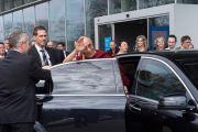 """Его Святейшество Далай-лама машет рукой провожающим, покидая университет Лозанны по завершении конференции """"Как жить и умереть в мире"""". Лозанна, Швейцария. 15 апреля 2013 г. Фото: Manuel Bauer"""