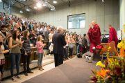 Его Святейшество Далай-лама приветствует аудиторию в Бернском университете. Берн, Швейцария. 16 апреля 2013 г. Фото: Manuel Bauer