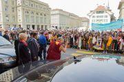 Его Святейшество Далай-лама приветствует толпу у входа в швейцарский парламент. Берн, Швейцария. 16 апреля 2013 г. Фото: Manuel Bauer