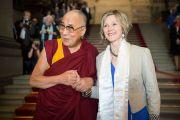 Его Святейшество Далай-лама и председатель национального совета Майя Граф в здании швейцарского парламента. Берн, Швейцария. 16 апреля 2013 г. Фото: Manuel Bauer