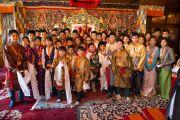 Его Святейшество Далай-лама фотографируется на память с юными тибетцами во время посещения Тибетского института. Рикон, Швейцария. 17 апреля 2013 г. Фото: Manuel Bauer