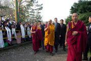 Его Святейшество Далай-лама приветствует тибетцев по прибытии в Тибетский институт. Рикон, Швейцария. 17 апреля 2013 г. Фото: Manuel Bauer