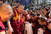 Его Святейшество Далай-лама приветствует своих последователей перед отъездом из Тибетского института. Рикон, Швейцария. 17 апреля 2013 г. Фото: Manuel Bauer