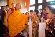 Его Святейшество Далай-лама здоровается с юными тибетцами по прибытии в Тибетский институт. Рикон, Швейцария. 17 апреля 2013 г. Фото: Manuel Bauer