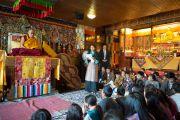 Карма Лобсанг рассказывает Его Святейшеству Далай-ламе о программахТибетского института. Рикон, Швейцария. 17 апреля 2013 г. Фото: Manuel Bauer
