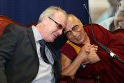 Его Святейшество Далай-лама и его старый друг Ричард Мур во время визита в школу Св. Иосифа. Дерри, Северная Ирландия. 18 апреля 2013 г. Фото: Lorcan Doherty Photography