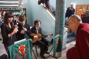 Ученики школы Св. Иосифа встречают Его Святейшество Далай-ламу музыкой. Дерри, Северная Ирландия. 18 апреля 2013 г. Фото: Джереми Рассел (офис ЕСДЛ)