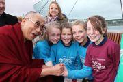 Его Святейшество Далай-лама фотографируется со школьниками, принимающими участие в марше мира. Дерри, Северная Ирландия. 18 апреля 2013 г. Фото: Джереми Рассел (офис ЕСДЛ)