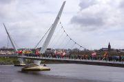 Вид на Мост Мира, по которому Его Святейшество Далай-лама прошел во время марша мира со школьниками и гостями города. Дерри, Северная Ирландия. 18 апреля 2013 г. Фото: Джереми Рассел (офис ЕСДЛ)