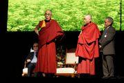 """Его Святейшество Далай-лама говорит о культуре сострадания в """"Эмбрингтон Плаза"""". Дерри, Северная Ирландия. 18 апреля 2013 г. Фото: Джереми Рассел (офис ЕСДЛ)"""