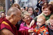 Его Святейшество Далай-лама здоровается с людьми по пути к мосту Мира. Дерри, Северная Ирландия. 18 апреля 2013 г. Фото: Джереми Рассел (офис ЕСДЛ)
