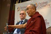 """Его Святейшество Далай-лама и основатель благотворительной организации """"Дети под перекрестным огнем"""" Ричард Мур на встрече с журналистами. Дерри, Северная Ирландия. 18 апреля 2013 г. Фото: Джереми Рассел (офис ЕСДЛ)"""