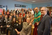 Его Святейшество Далай-лама фотографируется на память с учениками и сотрудниками школы Св. Иосифа. Дерри, Северная Ирландия. 18 апреля 2013 г. Фото: Джереми Рассел (офис ЕСДЛ)