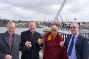 Епископ Кен Гуд, священник Имон Мартин, Его Святейшество Далай-лама и Ричард Мур после марша мира по мосту Мира. Дерри, Северная Ирландия. 18 апреля 2013 г. Фото: Джереми Рассел (офис ЕСДЛ)
