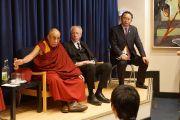 Его Святейшество Далай-лама на встрече с китайскими студентами, обучающимися в Кембридже. Кембридж, Великобритания. 19 апреля 2013 г. Фото: Джереми Рассел (офис ЕСДЛ)