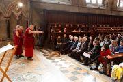 Его Святейшество Далай-лама говорит о воспитании сердца в колледже Святого Иоанна. Кембридж, Великобритания. 19 апреля 2013 г. Фото: Джереми Рассел (офис ЕСДЛ)