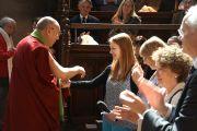 Его Святейшество Далай-лама общается со слушателями после выступления в колледже Святого Иоанна. Кембридж, Великобритания. 20 апреля 2013 г. Фото: Джереми Рассел (офис ЕСДЛ)